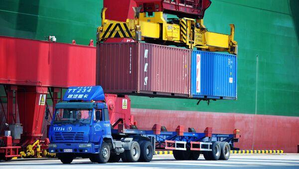 Nakládání kontejnerů v přístavu Qingdao - Sputnik Česká republika