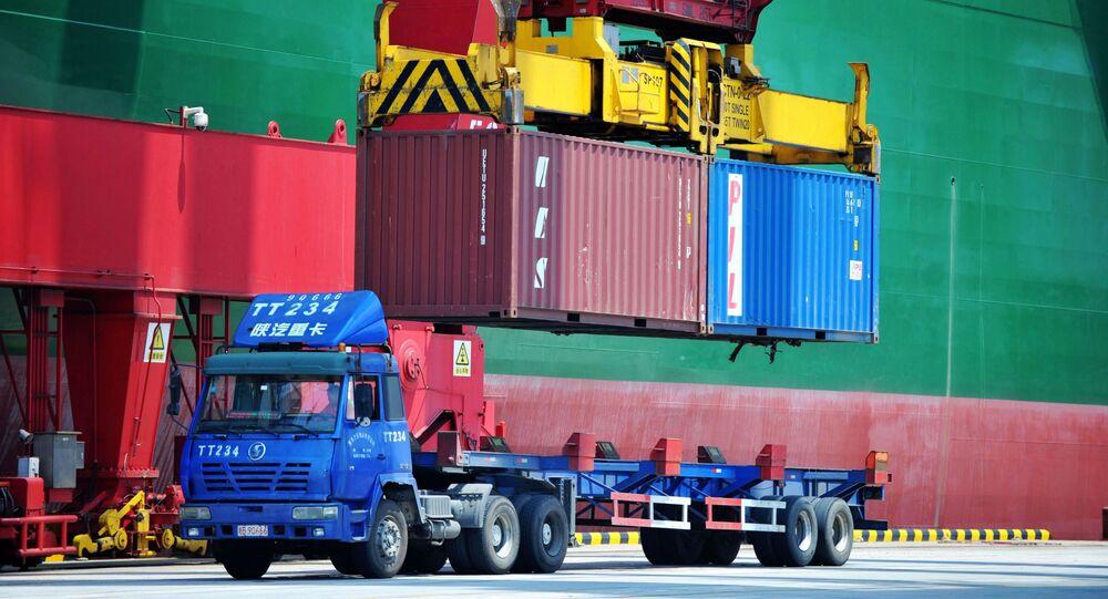 Nakládání kontejnerů v přístavu Qingdao