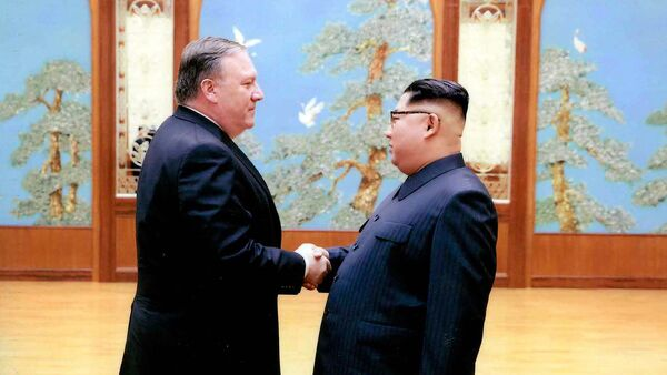 Ministr zahraničí USA Mike Pompeo a severokorejský vůdce Kim Čong-uni - Sputnik Česká republika