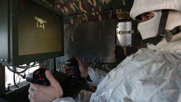 Voják při řízení bojového komplexu - Sputnik Česká republika