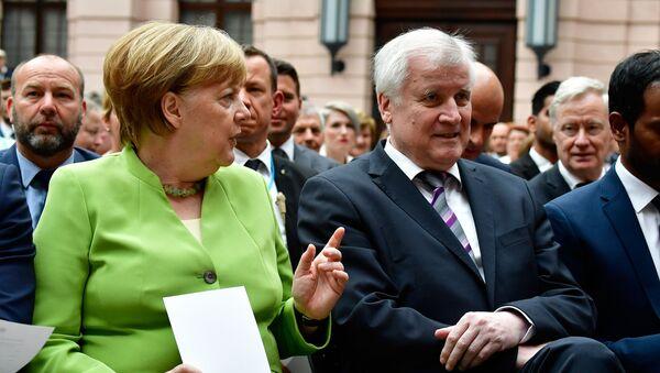 Německá kancléřka Angela Merkelová a ministr vnitra Horst Seehofer během Celosvětového dne běženců - Sputnik Česká republika