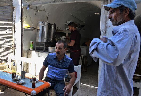 Muži pijí čaj v Mosulu, červenec 2018 - Sputnik Česká republika