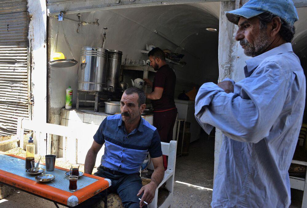 Muži pijí čaj v Mosulu, červenec 2018