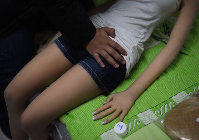 pánská ruka na sex panence