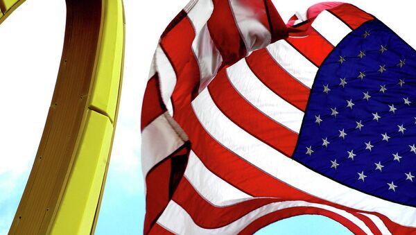 Emblém McDonaldu a americká vlajka - Sputnik Česká republika