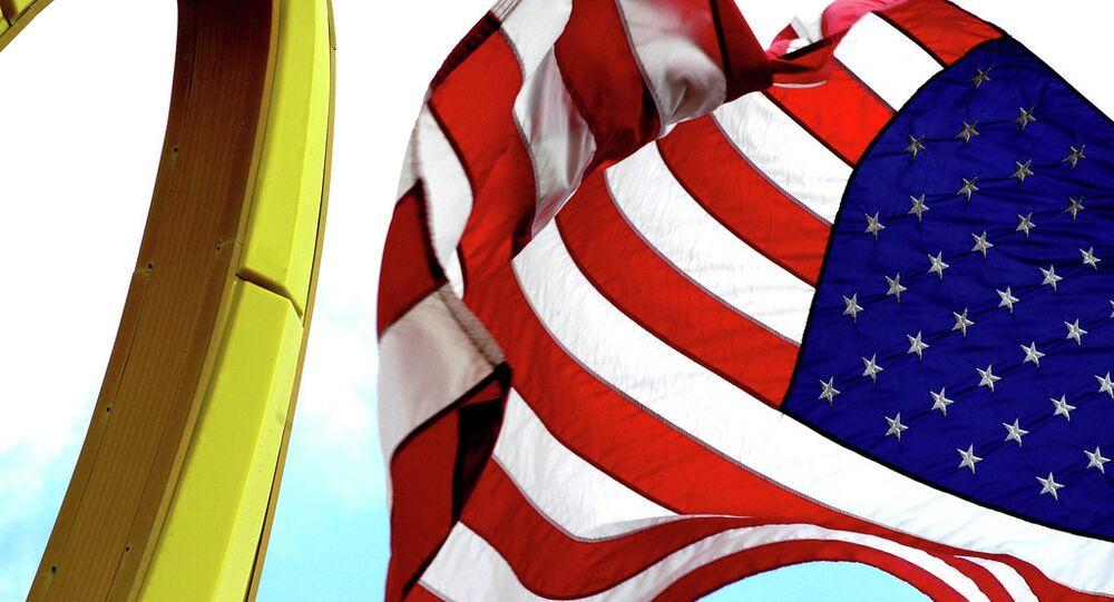Emblém McDonaldu a americká vlajka