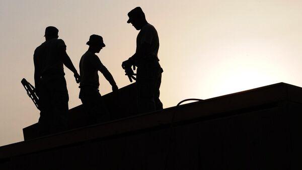 dělníci na střeše - Sputnik Česká republika