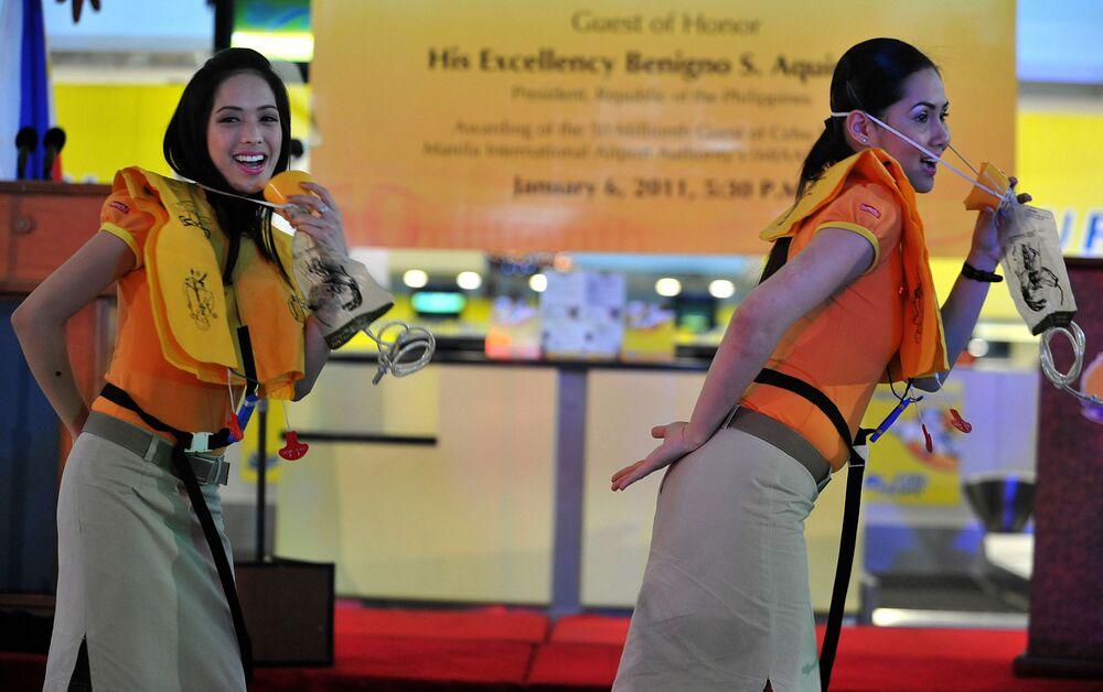 Letušky aerolinek Cebu Pacific tančí během představení palubních bezpečnostních opatření na letišti v Manile