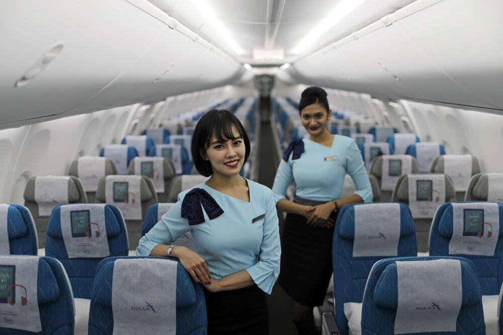 Letušky aerolinek SilkAir na palubě nového Boeing 737 Max 8 na letišti v Singapuru