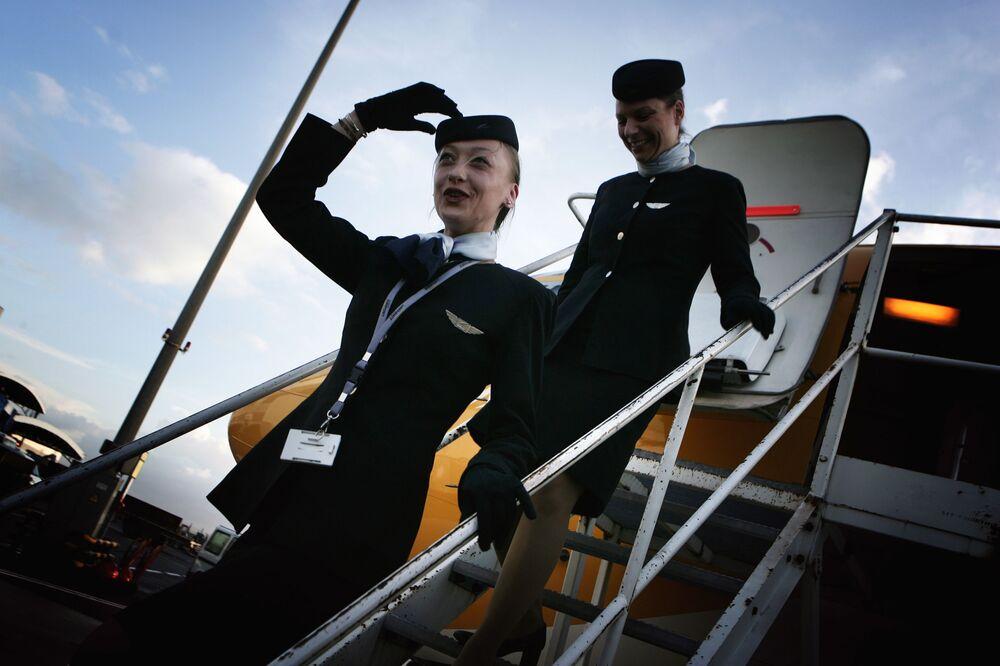 Letušky aerolinek Europe Airpost vystupují z letadla Boeing B737-300 QC