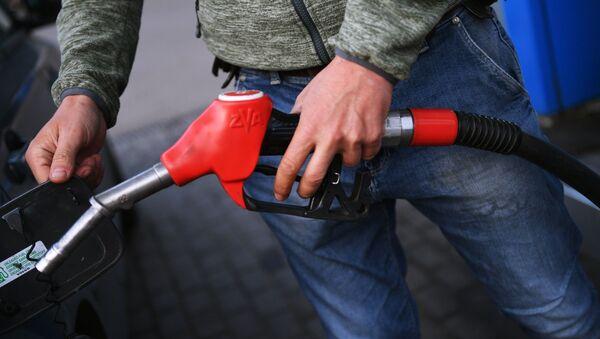 Muž tankuje benzín do auta - Sputnik Česká republika
