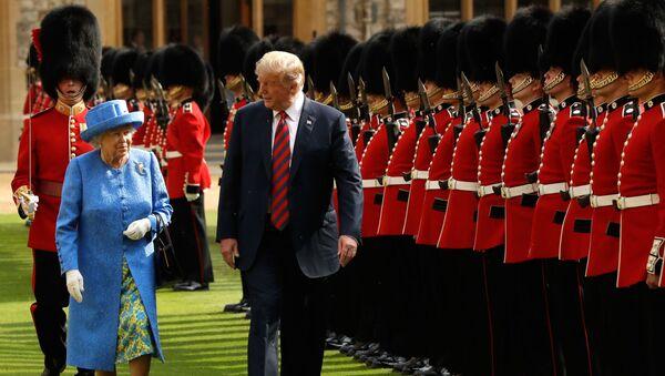 Donald Trump s britskou královnou Alžbětou II. během inspekce čestné stráže - Sputnik Česká republika