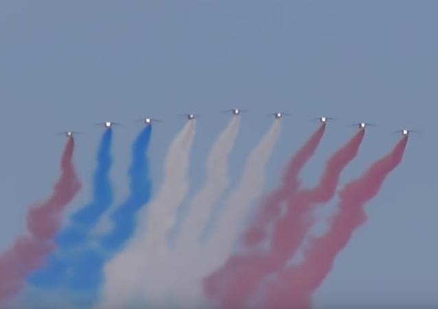 Francouzští piloti selhali při pokusu nakreslit vlajku při přehlídce nad Paříží (VIDEO)