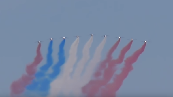 Francouzští piloti selhali při pokusu nakreslit vlajku při přehlídce nad Paříží (VIDEO) - Sputnik Česká republika
