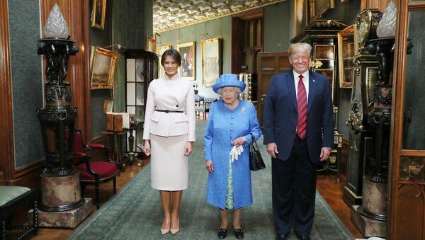 Britská královna Alžběta II. a prezident Spojených států Donald Trump s manželkou Melanií - Sputnik Česká republika