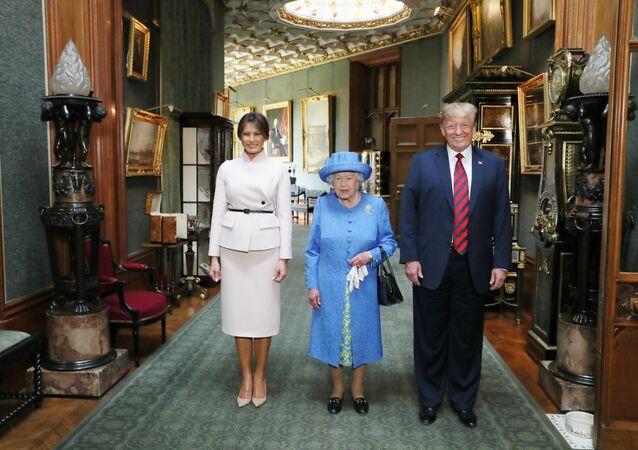 Britská královna Alžběta II. a prezident Spojených států Donald Trump s manželkou Melanií