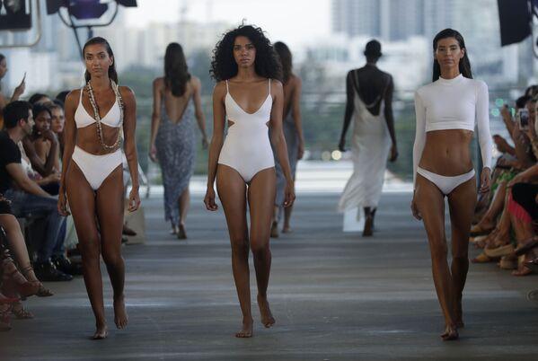 Čím míň, tím líp. Týden módy na pláži v Miami - Sputnik Česká republika