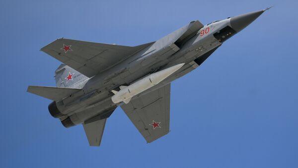 Stíhačka MiG-31 s nadzvukovou raketou Kinžal - Sputnik Česká republika