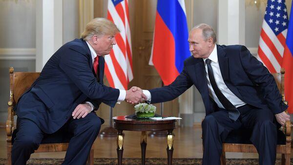 Ruský prezident Vladimir Putin na setkání s americkým prezidentem Donaldem Trumpem v Helsinkách - Sputnik Česká republika
