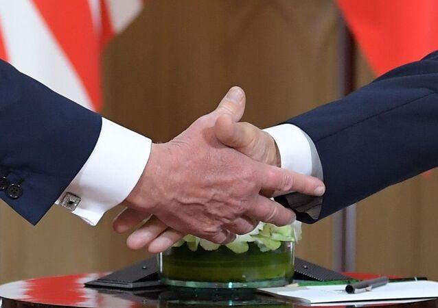 Stisknutí ruky. Ilustrační foto