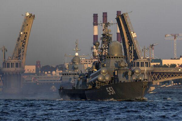 Grácie a moc na vodě: v Petrohradu se konala zkouška prohlídky na počest Dne námořnictva - Sputnik Česká republika
