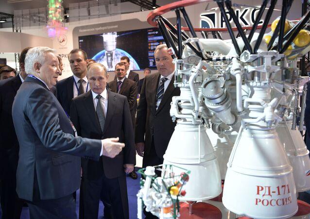 Ruský prezident Vladimir Putin si prohlíží motory RD-171