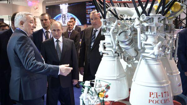 Ruský prezident Vladimir Putin si prohlíží motory RD-171 - Sputnik Česká republika