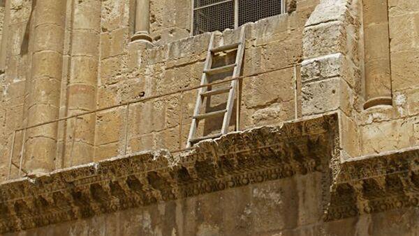 Nepohybný žebřík v Chrámu Božího hrobu v Jeruzalému - Sputnik Česká republika