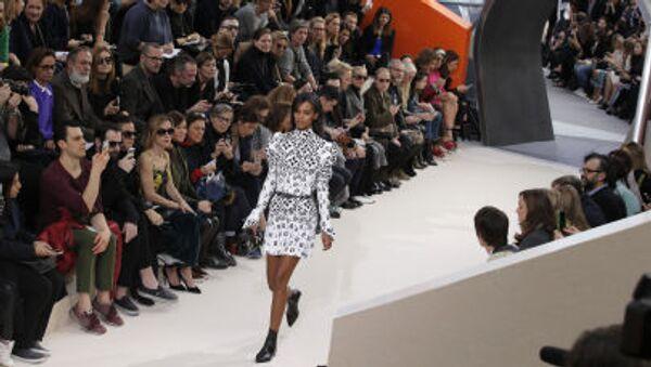 Modelka předvádí kolekci Louis Vuitton na Týdnu módy v Paříži - Sputnik Česká republika