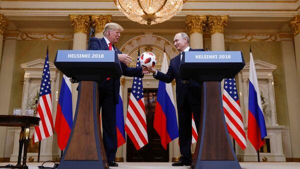 Vladimir Putin daroval americkému prezidentovi Donaldu Trumpovi fotbalový míč - Sputnik Česká republika
