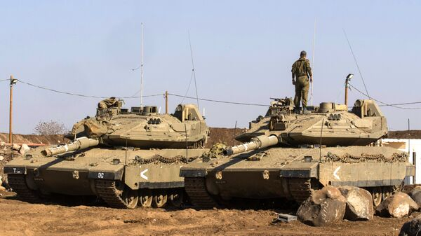 An Israeli soldier stands on top of a Merkava tank near the border with Syria in the Israeli-annexed Golan Heights, on November 28, 2016 - Sputnik Česká republika