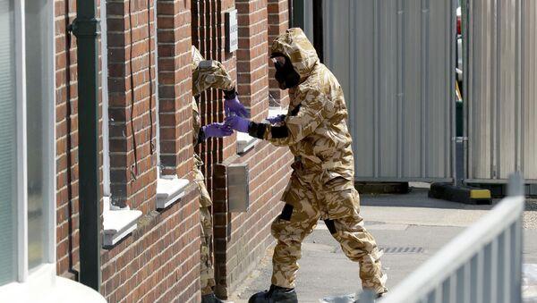 Pracovníci hledají stopy novičoku v Amesbury. Ilustrační foto - Sputnik Česká republika