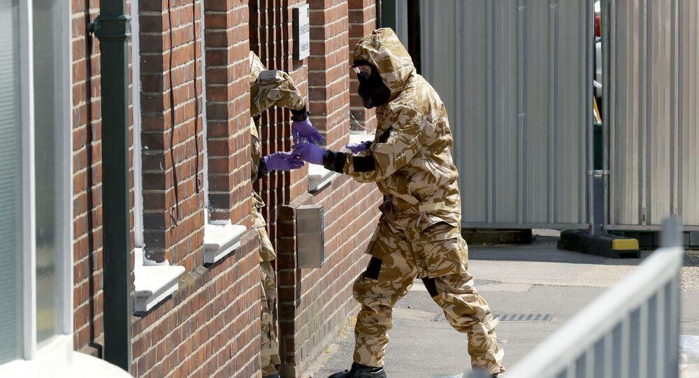 Pracovníci hledají stopy novičoku v Amesbury. Ilustrační foto
