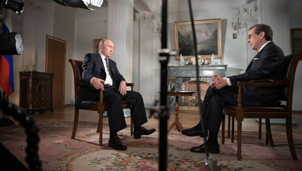 Ruský prezident Vladimir Putin a americký novinář Chris Walles - Sputnik Česká republika