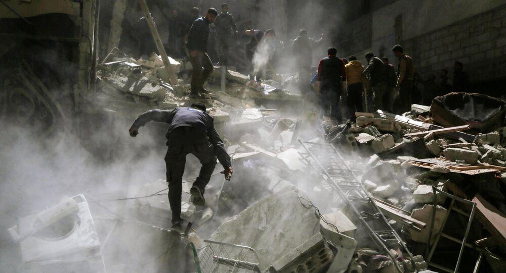 Волонтеры Белых касок и местные жители во время поисков раненных в результате бомбардировок неподконтрольного сирийскому правительству города Сакба