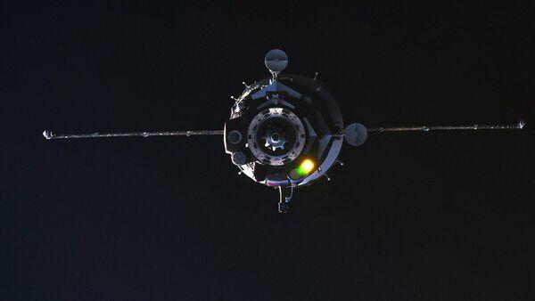 Pilotovaná loď Sojuz MS-08 během připojení k ISS. 23. března 2018 - Sputnik Česká republika