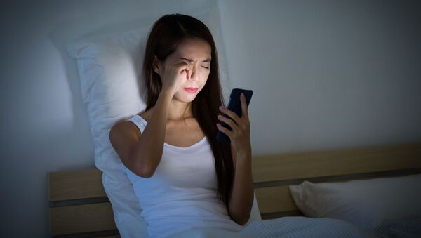 Dívka s telefonem v posteli - Sputnik Česká republika