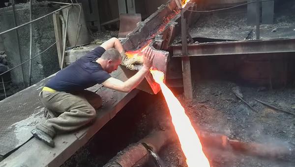 Arménský metalurg strká ruku do roztaveného železa - Sputnik Česká republika