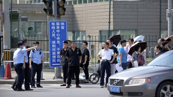 Policisté a bezpečnostní služby naproti budovy amerického velvyslanectví v Pekingu, kde došlo k výbuchu - Sputnik Česká republika