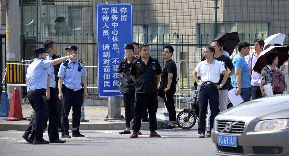 Policisté a bezpečnostní služby naproti budovy amerického velvyslanectví v Pekingu, kde došlo k výbuchu