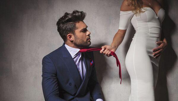Dívka táhne svého milence za kravatu - Sputnik Česká republika