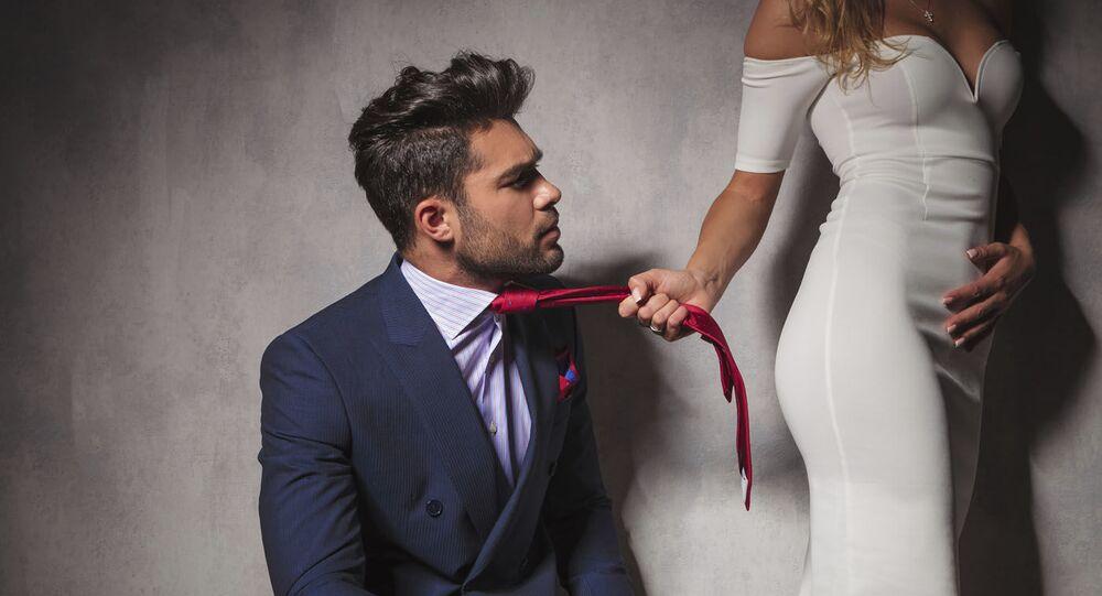 Dívka táhne svého milence za kravatu