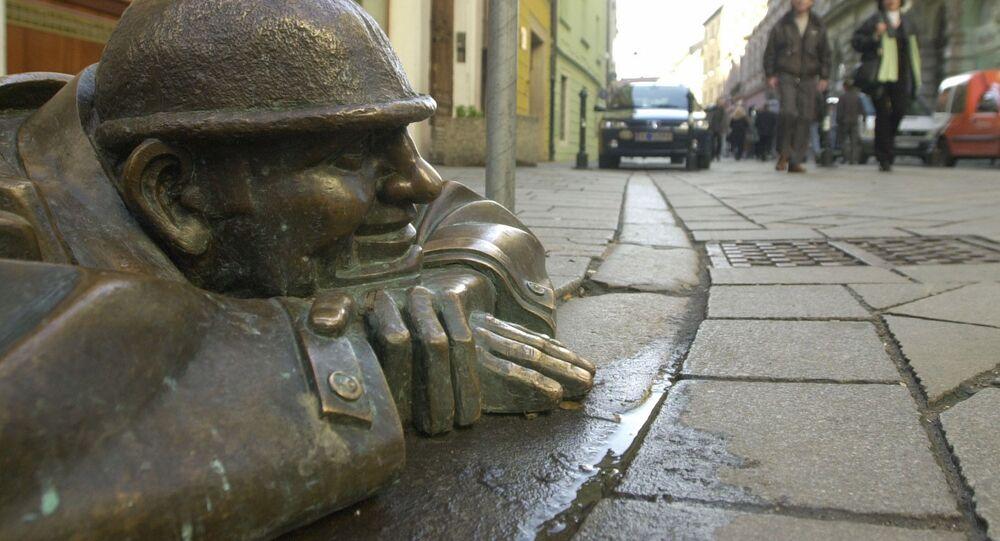 Bronzová socha muže v Bratislavě