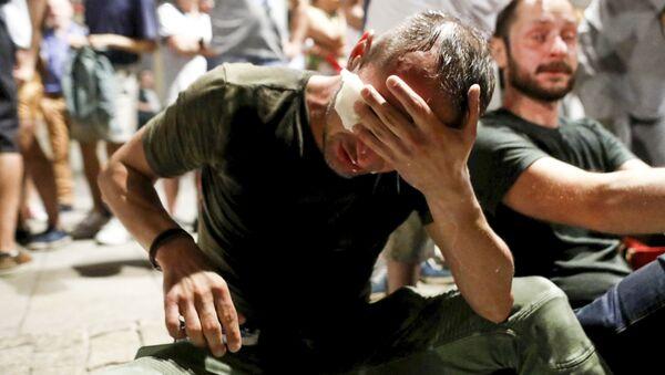 Demonstranti, kteří trpí na následky použití policií slzného plynu ve Varšavě - Sputnik Česká republika