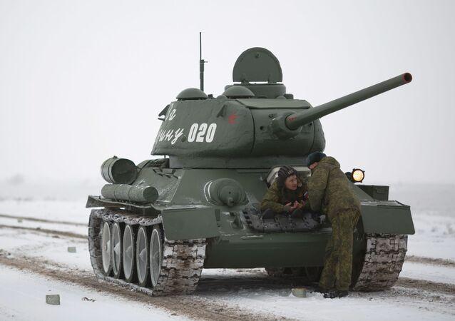Tank T-34 před zkouškou přehlídky k výročí Stalingradské bitvy