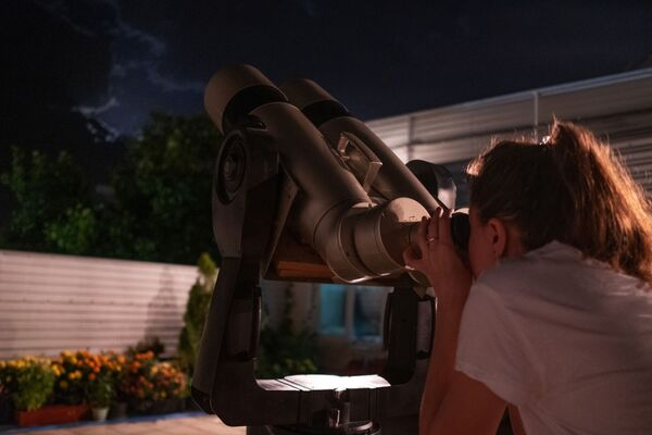 Dívka pozoruje úplné zatmění měsíce v observatoři Kubanské státní univerzity - Sputnik Česká republika