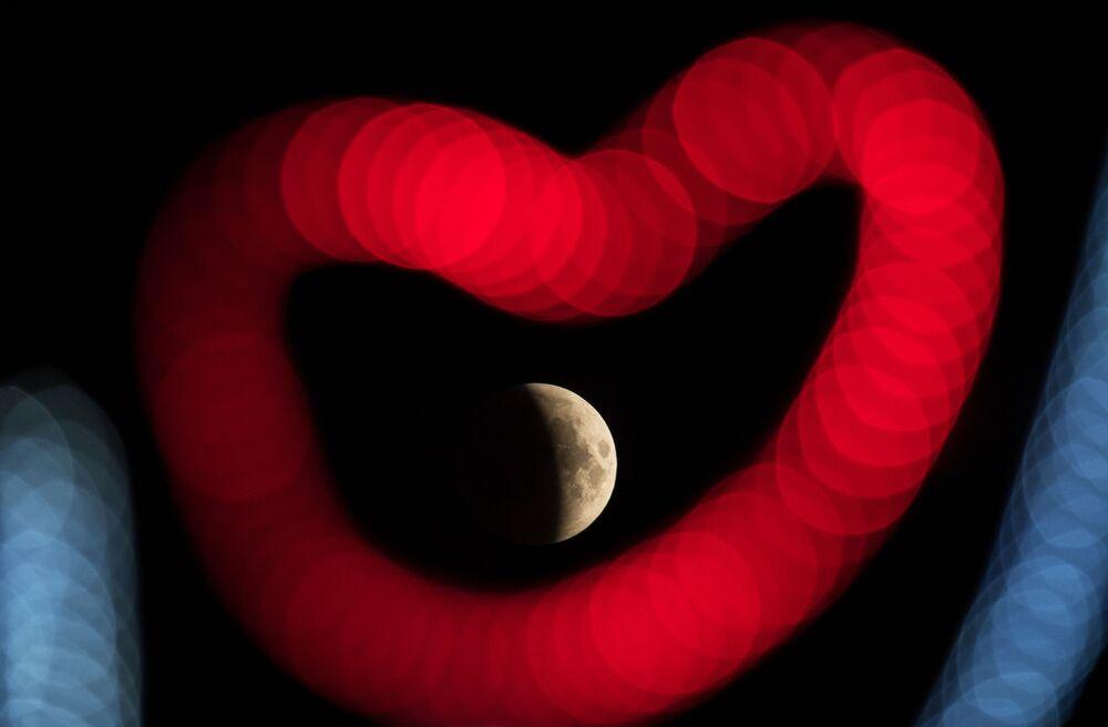 Měsíc během zatmění nad Soči