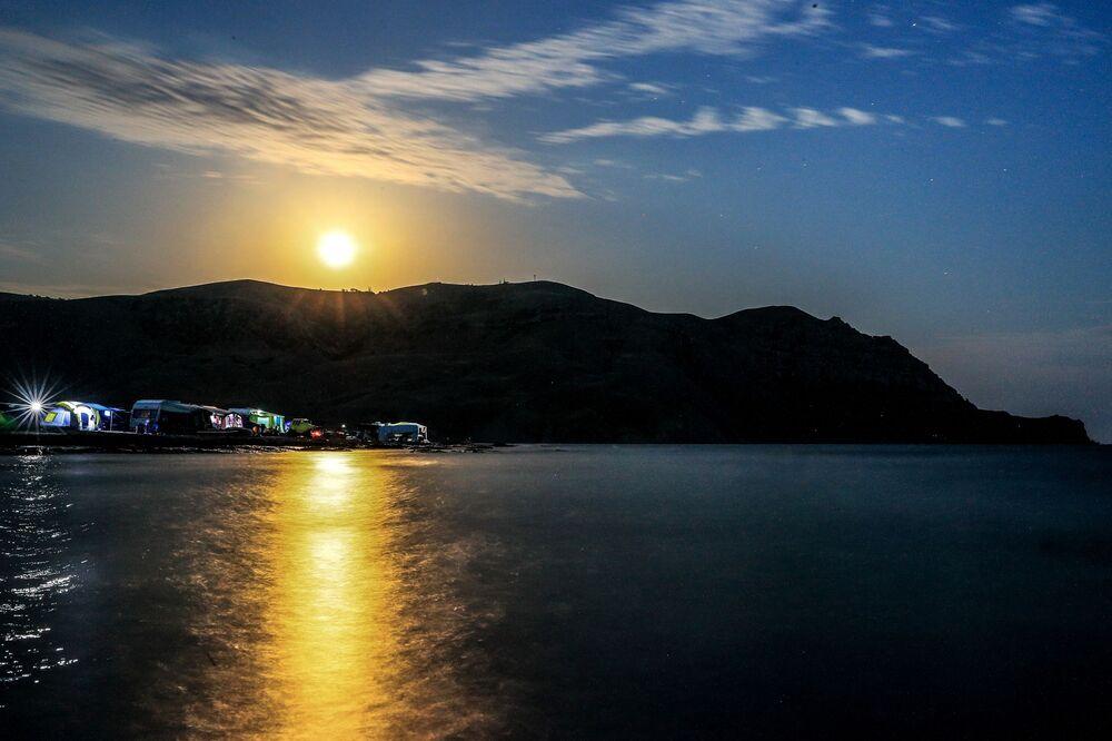 Měsíc během zatmění nad horou Ai-Petri na Krymu