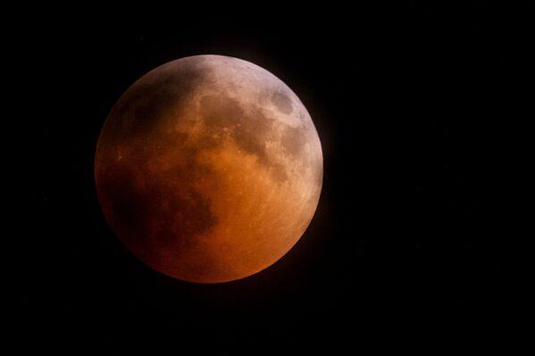 Měsíc během zatmění nad horou Ai-Petri na Krymu - Sputnik Česká republika