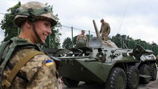 Ukrajinští a američtí vojáci během cvičení Saber Guardian / Rapid Trident 2015 - Sputnik Česká republika